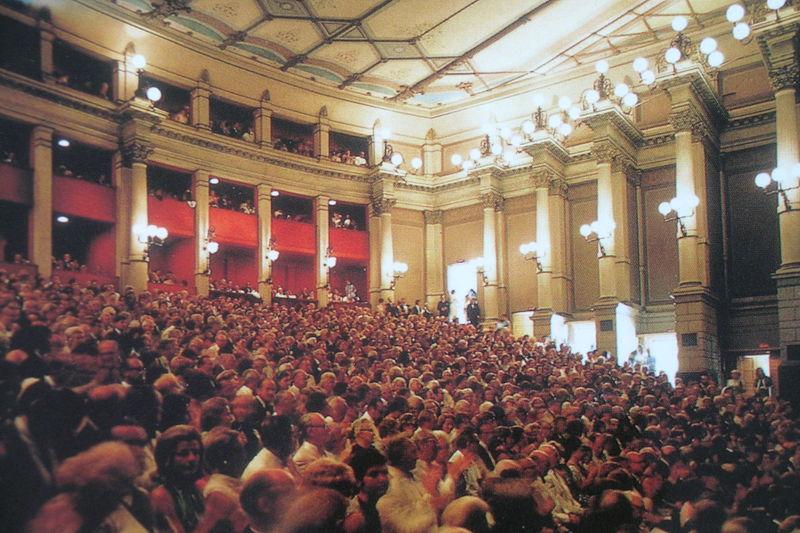 800px-Festspielhaus_Bayreuth_Innen