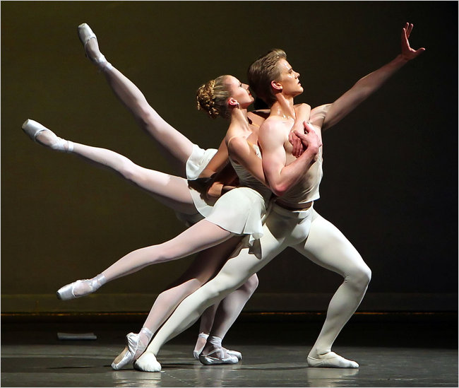 Голые балерины показывают письки 65